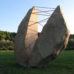 Lâcher prise, 2011, granit métal tendeur, 11 tonnes 3M50.