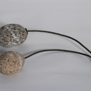 Casse couille, 2014, granit fil à thon.
