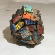 Sauve qui peut #1 - 2020 - métal, fragment de bois de bateau - 20 x 25 x 20